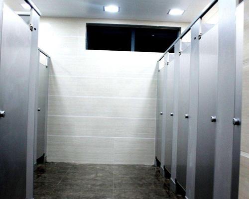 金属卫生间隔断安装